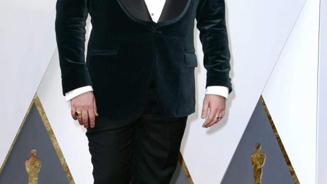 El único español nominado a un Oscar este año, Paco Delgado, posa en la alfombra roja.
