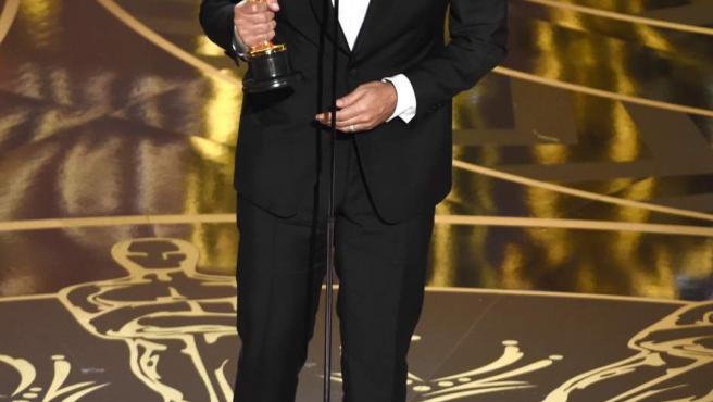 El director mexicano Alejandro González Iñárritu ha hecho doblete en los Oscar al ganar la estatuilla a Mejor Director por El Renacido.