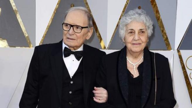 Ennio Morricone y su esposa Maria Travia llegan a la 88 edición de los Oscar de la Academia en el Teatro Dolby de Hollywood.