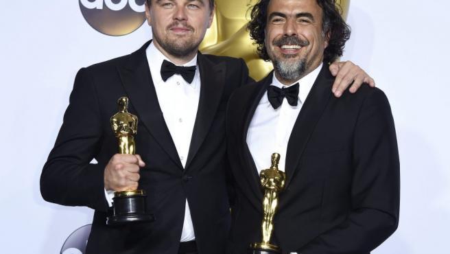 Leonardo DiCaprio y Alejandro González Iñárritu posan con sus Oscar a Mejor Actor y Director, durante la ceremonia que ha tenido lugar en el Teatro Dolby, en Los Ángeles.