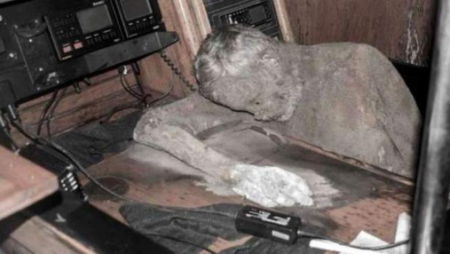 El hombre hallado momificado en su velero.