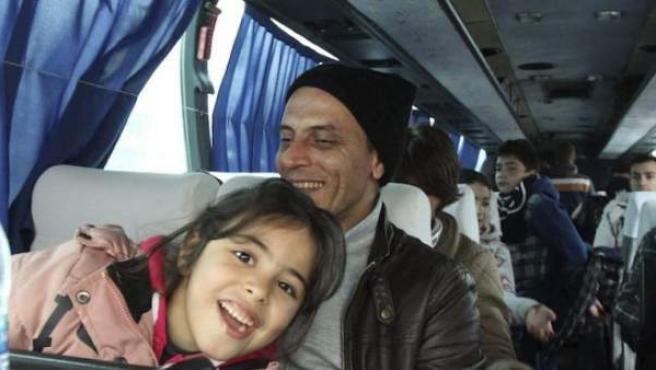 Refugiados sirios se desplazan en autobús.