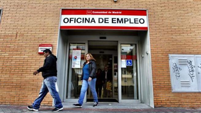 Un grupo de personas sale de una oficina de empleo en Madrid.