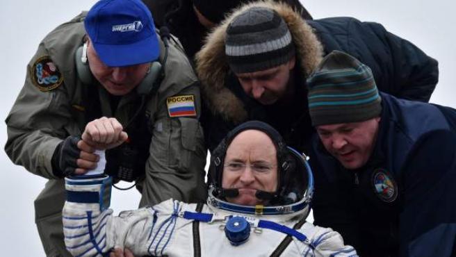 El astronauta estadounidense Scott Kelly es trasladado tras aterrizar cerca de la ciudad de Dzhezkazgan en Kazajistán.