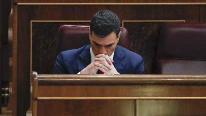 El secretario general del PSOE, Pedro Sánchez, en su escaño durante la sesión de la tarde de la segunda jornada del debate de su investidura en el Congreso de los Diputados.