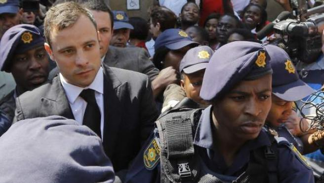 Oscar Pistorius saliendo del juicio en el que se dictaminó que cumplirá el resto de la condena bajo arresto domiciliario.