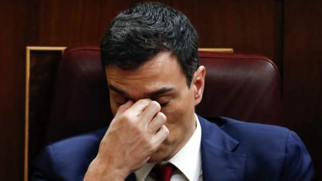 El secretario general del PSOE, Pedro Sánchez, en su escaño durante la sesión de la tarde de la segunda jornada del debate de su investidura