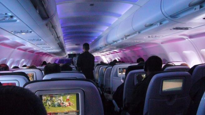 Una cabina de pasajeros de un vuelo comercial.