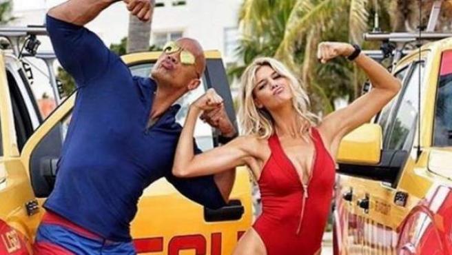 Dwayne 'The Rock' Johnson y Kelly Rohrbach posan durante una pausa del rodaje del remake de 'Los vigilantes dela playa'.