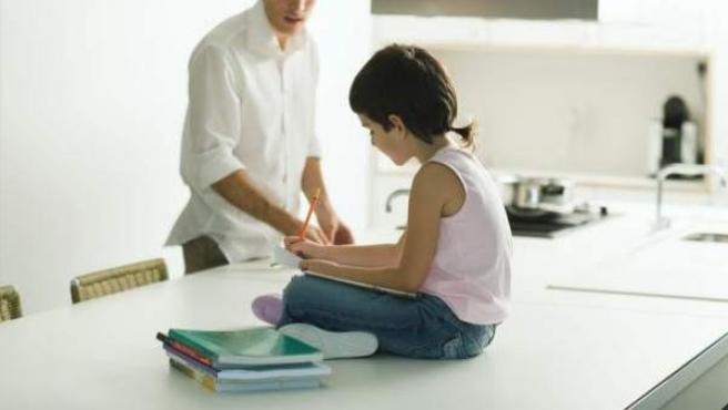 En la imagen, un padre con su hija.