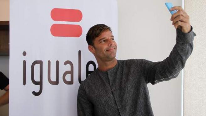 Fotografía cedida por la Fundación Iguales de el cantante puertorriqueño Ricky Martin con el fin de brindar apoyo mediante la fundación a la demanda del matrimonio igualitario, adopción homoparental y diversidad sexual en Santiago de Chile (Chile).