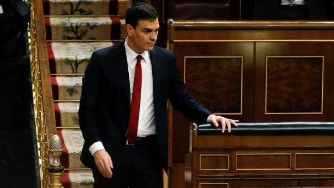 El secretario general del PSOE, Pedro Sánchez, baja de su escaño tras la segunda votación fallida de su investidura en el pleno del Congreso de los Diputados.