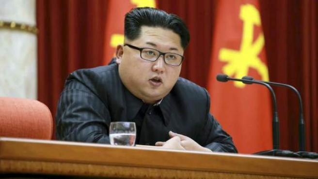 Kim Jong-un, hablando durante una ceremonia en el salón de reuniones del Comité Central del Partido de los Trabajadores en Pyongyang.
