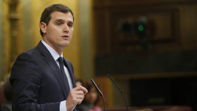 El líder de Ciudadanos, Albert Rivera, durante su intevención en el debate de investidura del líder socialista, Pedro Sánchez, en la que ha defendido su pacto con el PSOE