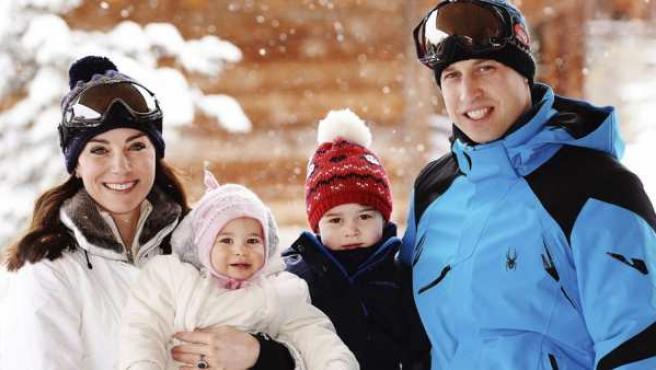 Los duques de Cambridge, de vacaciones familiares en los Alpes con sus hijos.