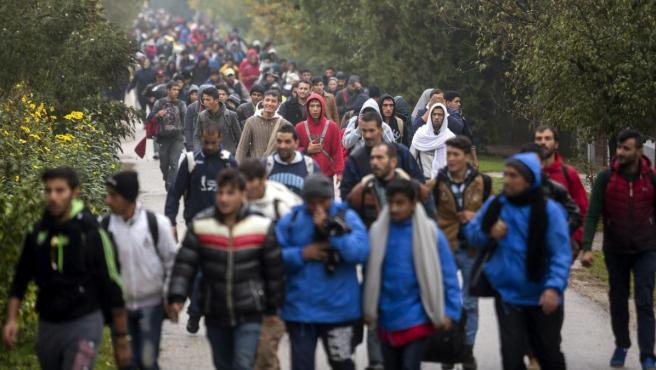 Varios refugiados caminan hacia Austria desde Hegyeshalom, Hungría.