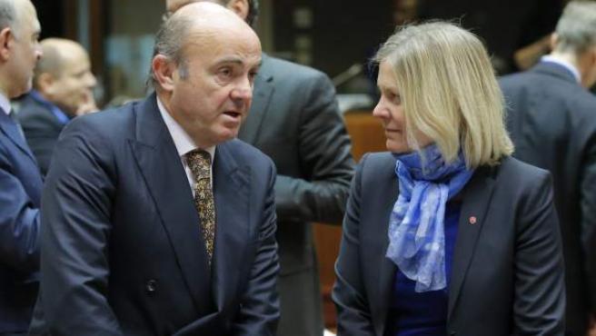 De Guindos (i), conversa con la ministra sueca de Finanzas, Magdalena Andersson (d), antes de la reunión de ministros de Finanzas de la Unión Europea en Bruselas (Bélgica).
