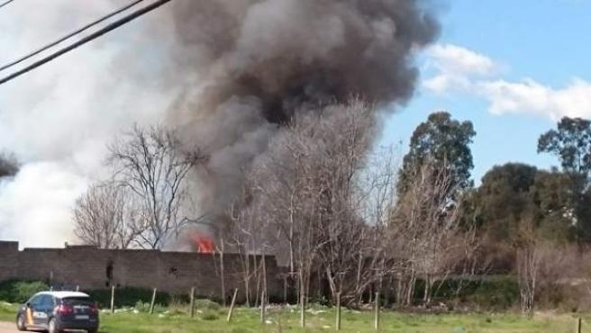 La Policía Nacional investiga un incendio registrado en el asentamiento chabolista del Cordel de Écija, en Córdoba, que no ha provocado daños personales.