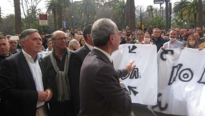 De la Torre ante concentración contra huelga basura limpieza Limasa