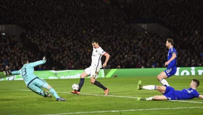 Ibrahimovic bate a Courtois en el Chelsea - PSG.