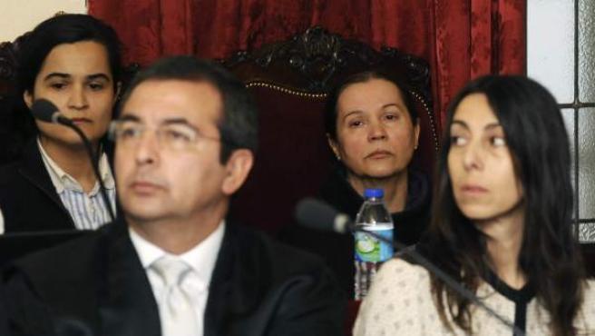Las acusadas por el crimen de la presidenta de la Diputación de León, Isabel Carrasco, Monserrat González (2d), Triana Martínez (i), y la policia local Raquel Gago (d), durante la decimocuarta jornada del juicio en la Audiencia Provincial de León.