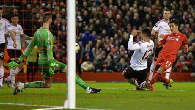 Roberto Firmino anota ante De Gea el segundo gol del Liverpool ante el Manchester United.