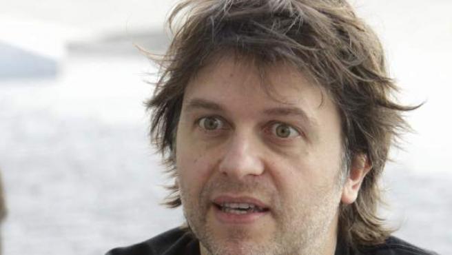 Nació en Tenerife en 1967. Fue candidato al Oscar con el corto Esposados. Ha dirigido en España (Intacto) y EE UU (28 semanas después).