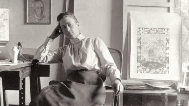 La pintora Hilma af Klint retratada en su estudio en Estocolmo en torno a 1895