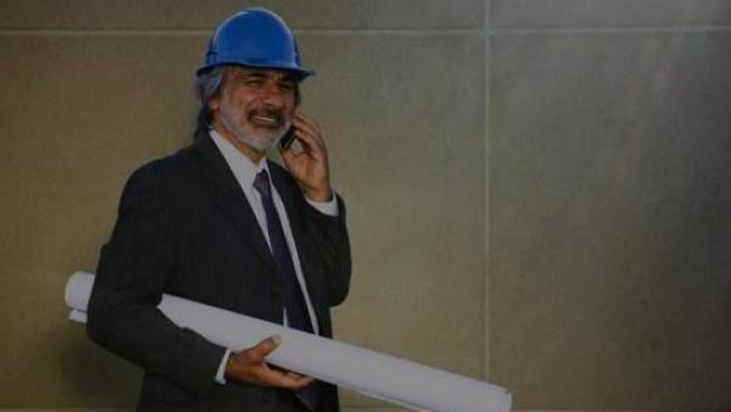 Un ingeniero de caminos hablando por teléfono