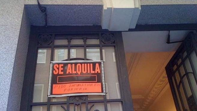 El cartel de un piso que se alquila en el portal del edificio.