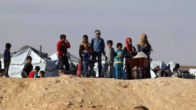 Refugiados sirios esperan en la frontera noroccidental de Jordania con Siria.