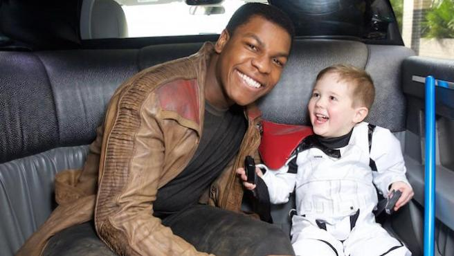 John Boyega visita un hospital infantil como Finn