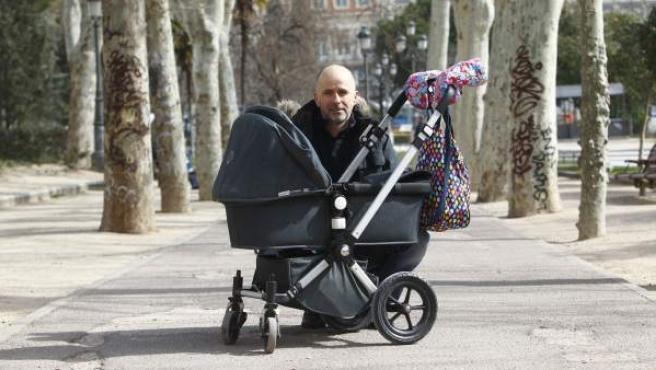 Un padre y su hija, en el carrito