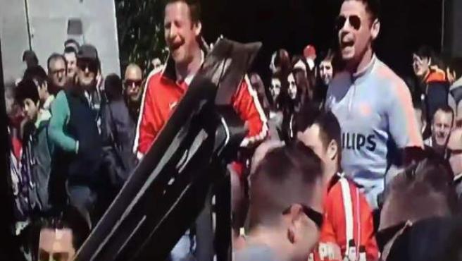 Aficionados del PSV han increpado a un grupo de mujeres que pedían limosna en la Plaza Mayor de Madrid.