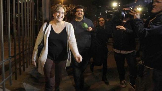 La alcaldesa de Barcelona, Ada Colau, a su llegada a la estación del Norte donde En Comú Podem está siguiendo la noche electoral.