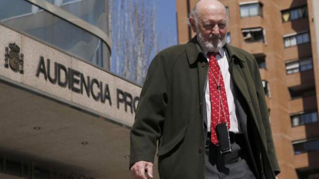 El ex jefe de la Casa Real, Alberto Aza, a su salida de la Audiencia Provincial de Madrid donde ha prestado declaración como testigo y por videoconferencia en la vigésima jornada del juicio del Caso Nóos.