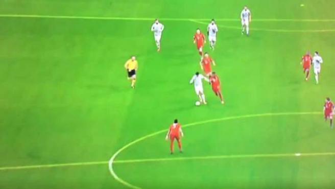 Álvaro Morata agarra el balón en su propio campo para firmar una gran jugada en el segundo gol de la Juventus.
