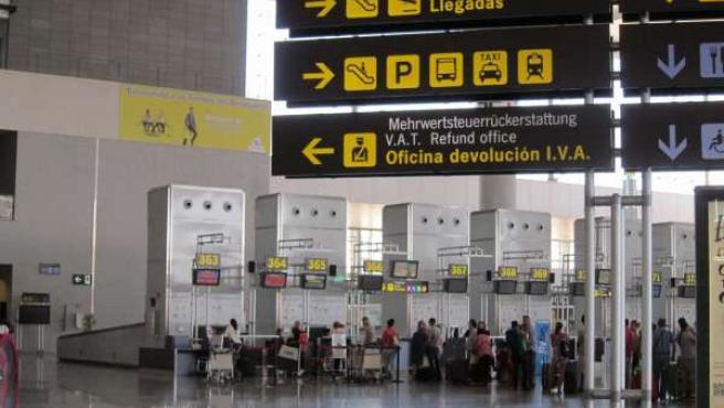 Turistas en el aeropuerto de Málaga-Costa del Sol