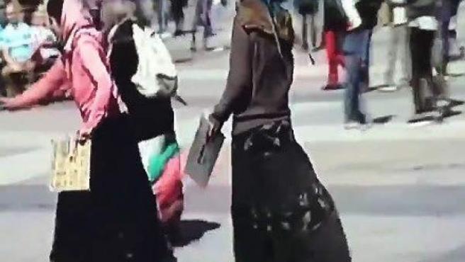 Mendigas recogiendo monedas lanzadas por los aficionados del PSV en la Plaza Mayor de Madrid.