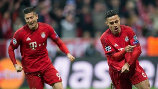 Thiago Alcántara celebra su gol en el Bayern - Juventus junto a Robert Lewandowski.