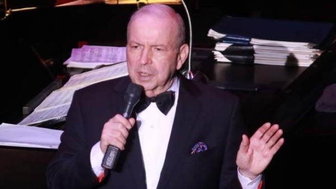Una imagen de Frank Sinatra Jr. durante un concierto.