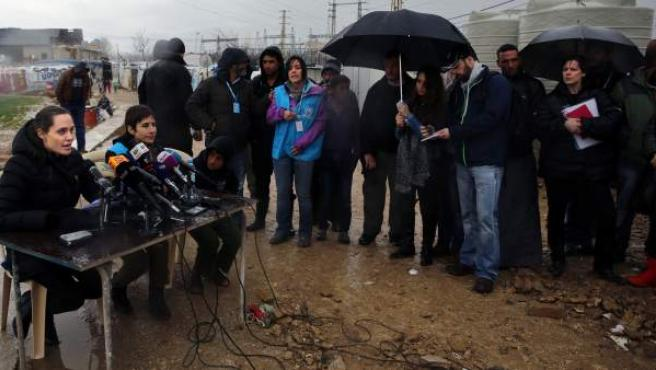 Angelina Jolie ofrece una rueda de prensa en un campo de refugiados de Líbano.