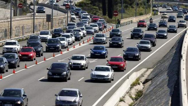 Circulación en la A-6, carretera de A Coruña, en el inicio de la operación salida de Semana Santa 2015.