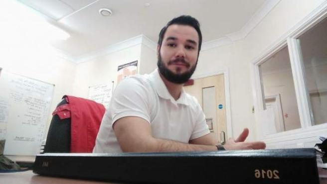 """Fernando Moreno, gaditano de 28 años, vive en Cheltenham (Reino Unido): """"Se nos ha vendido que estudiar una carrera era importante para tener futuro. Pero es mentira""""."""
