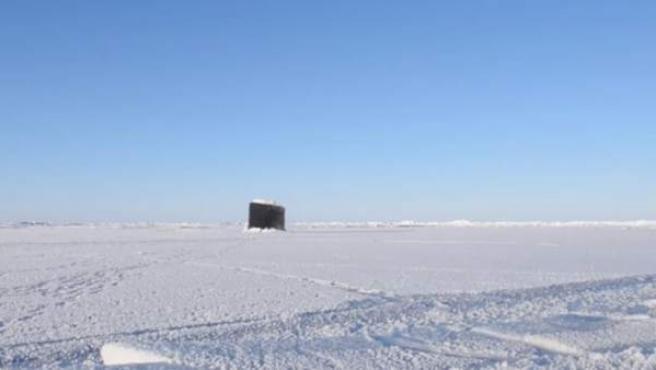 Captura del vídeo subido por la US Navy en el que se ve a un submarino emergiendo del hielo en el Ártico.