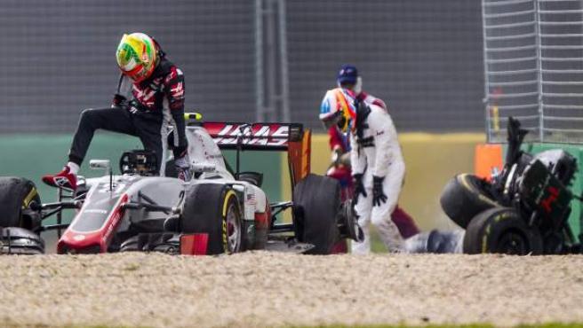 Alonso, se apoya en sus rodillas justo después de salir de su McLaren tras sufrir el accidente. Gutiérrez, en primer plano, sale de su coche para interesarse por el asturiano.