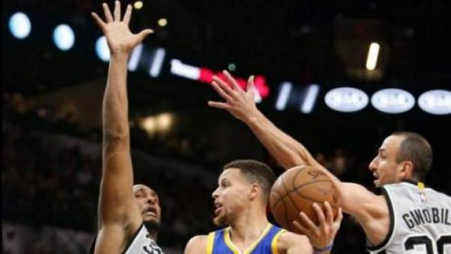 Stephen Curry trata de atacar el aro ante los San Antonio Spurs.