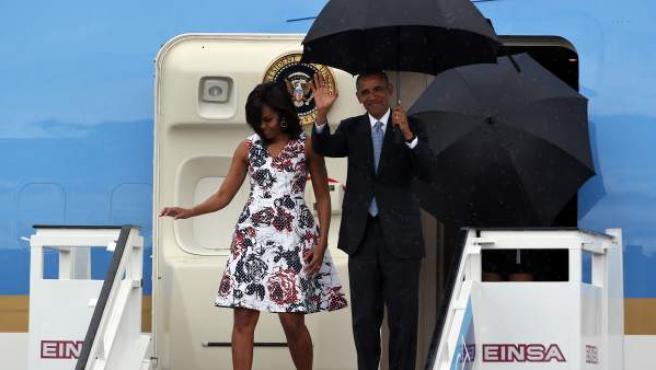 El presidente de Estados Unidos, Barack Obama, junto a su esposa Michelle Obama, bajando del Air Force One a su llegada a La Habana (Cuba).