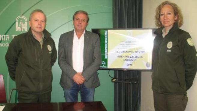 Ortega (c), en el balance de la actividad de los agentes de Medio Ambiente.