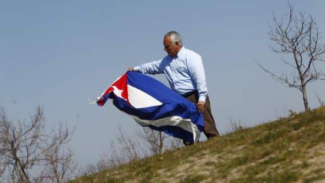 Rigoberto Carceller, presidente de honor de Cuba Democracia ¡Ya!, en un parque de Madrid.